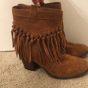 Suede cognac ankle boots with fringe